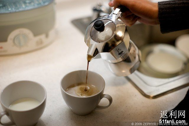 意式摩卡壶煮咖啡 适合经常去咖啡馆的人 在家自己煮别有情调